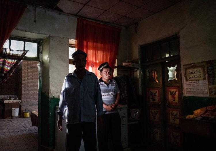 2016 yılında Çin'in Sincan eyaletinde Uygur erkekleri. Uygurlar nadiren yalnız kalabiliyorlar. (© Kevin Frayer/Getty Images)